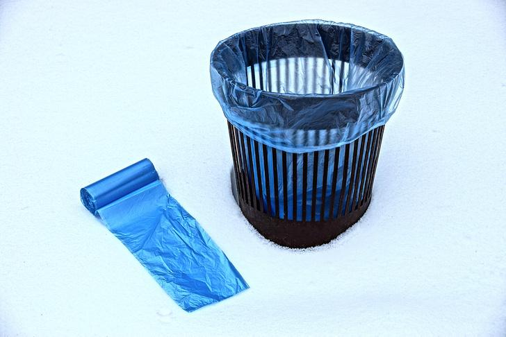 Фото №1 - Лайфхак: одним движением заправить пакет для мусора в ведро
