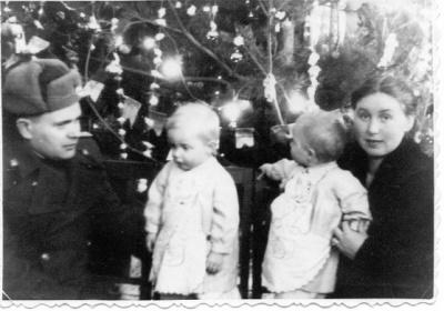 Таня и Лена Зайцевы с родителями