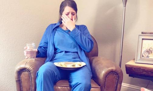 Фото №1 - Пользователей соцсетей растрогал снимок плачущей после тяжелой смены медсестры