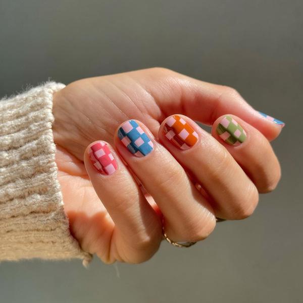 Фото №9 - Пиксельный нейл-дизайн: 10 стильных идей для необычного маникюра 💅
