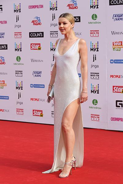 Фото №3 - Анфиса Чехова оголила грудь на красной дорожке Премии Муз-ТВ