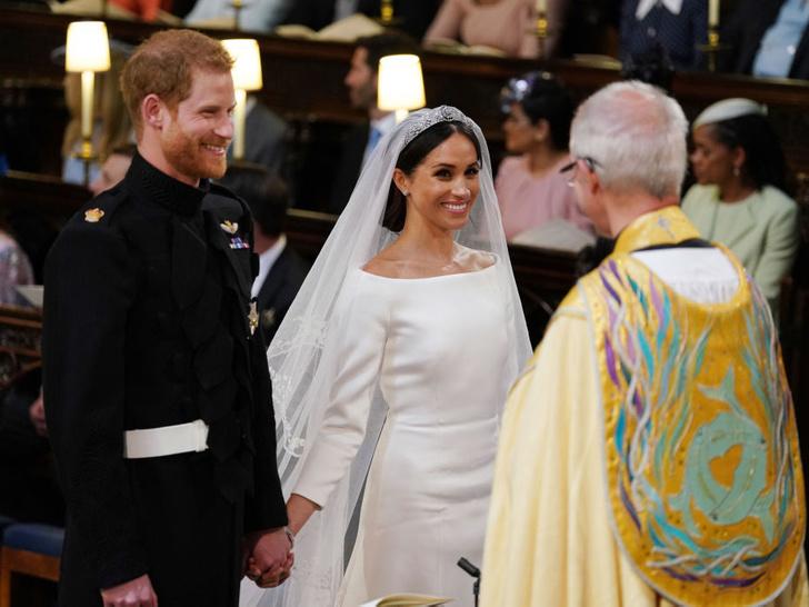 Фото №4 - Первое недовольство: почему Королеве не понравилось свадебное платье Меган