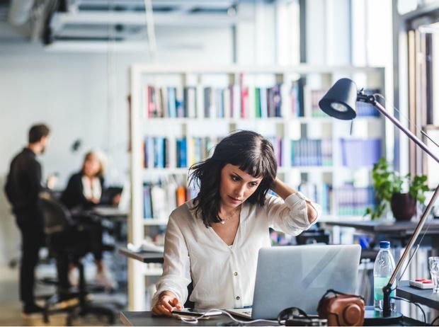 Фото №1 - «Стеклянный потолок»: как распознать и преодолеть кризис в карьере