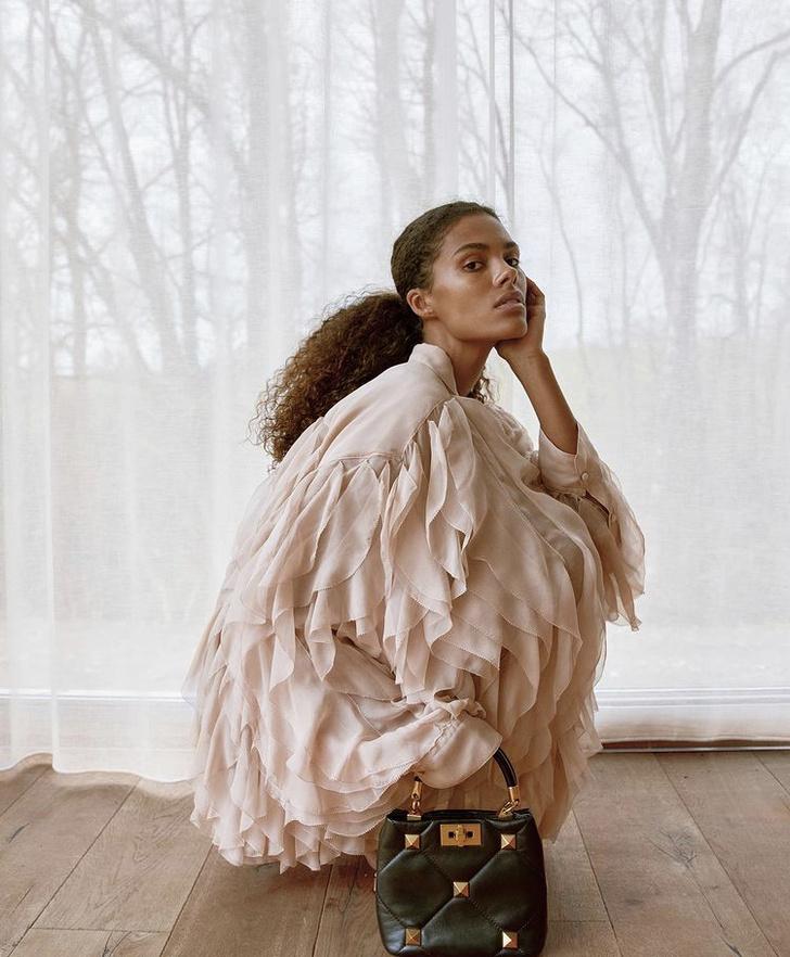 Фото №1 - Заморская птица: Тина Кунаки в фантастическом платье Valentino