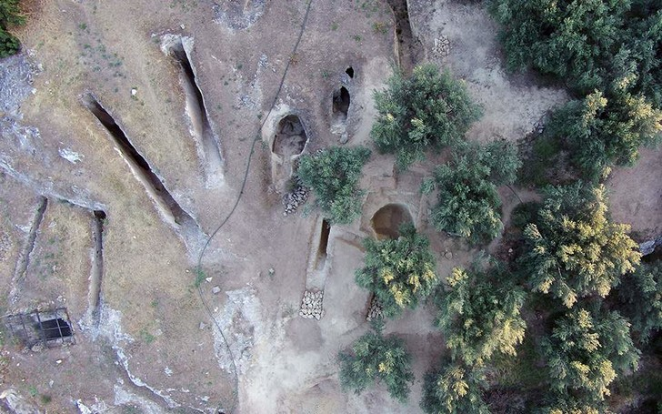 Фото №1 - В Греции обнаружены две нетронутые гробницы