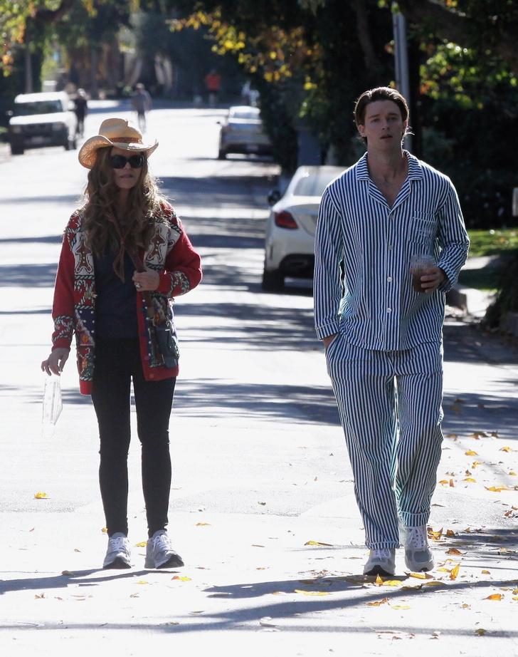 Фото №1 - Патрик Шварценеггер гуляет по городу в пижаме. И всем мужчинам советует