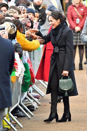 Фото №16 - С подтекстом: почему каждая вещь в наряде Меган Маркл в Уэльсе – это модное заявление будущей герцогини