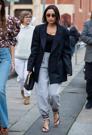 Фото №8 - Как носить спортивные брюки-джоггеры: 6 неожиданных сочетаний