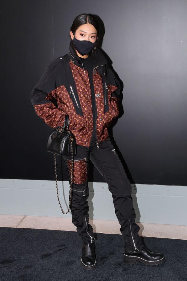 Фото №1 - Тотал-лук и ботинки на платформе: диджей Пегги Гу на показе Louis Vuitton