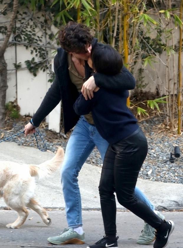 Фото №1 - Весна в городе: Камила Кабельо и Шон Мендес страстно целуются на прогулке
