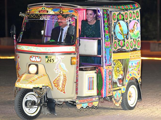 Фото №2 - Во всем блеске: Кейт и Уильям в национальных костюмах на приеме в Исламабаде
