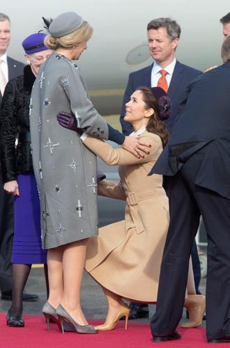 Фото №5 - Искусство реверанса: как современные принцессы и королевы приветствуют друг друга