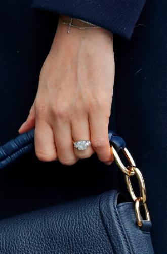 Фото №2 - Почему герцогиня Меган сняла помолвочное кольцо на время тура