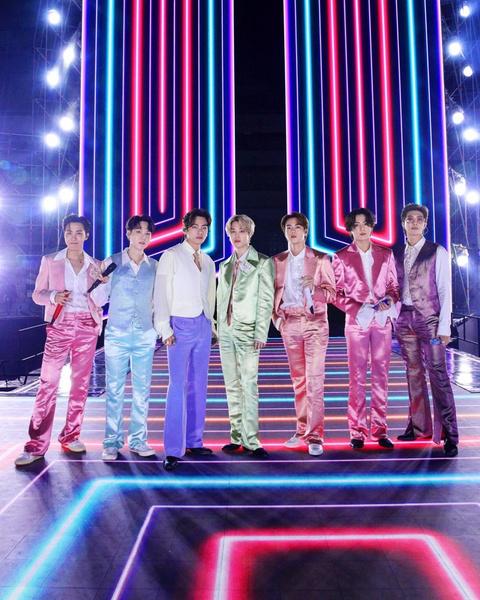 Фото №1 - Вернулись на сцену: BTS выступили с треком «Life Goes On» на American Music Awards