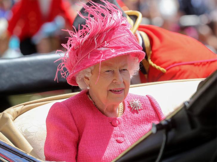 Фото №2 - Королева стиля: 5 образов Елизаветы II на Royal Ascot