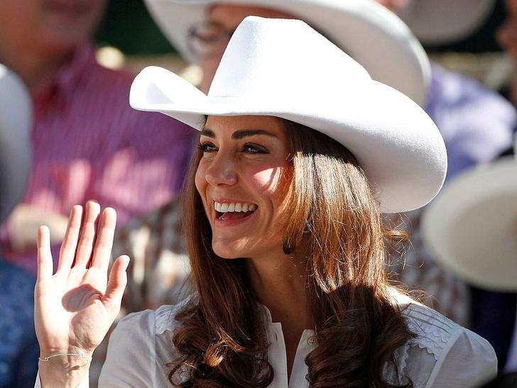 Фото №1 - Герцогиня Сенсация: как первый зарубежный тур Кейт изменил отношение британцев к ней
