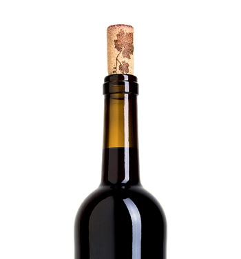Фото №1 - Как вставляют пробки в винные бутылки, ведь они толще горлышка?