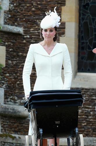 Фото №7 - 6 знаковых нарядов герцогини Кембриджской, которые она носит уже 6 лет