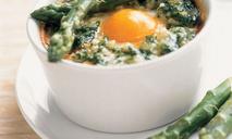 Яйца со спаржей в кокотнице