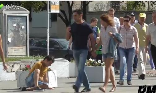 Фото №1 - Россияне не подойдут на улице к человеку, которому стало плохо, показал видеоэксперимент