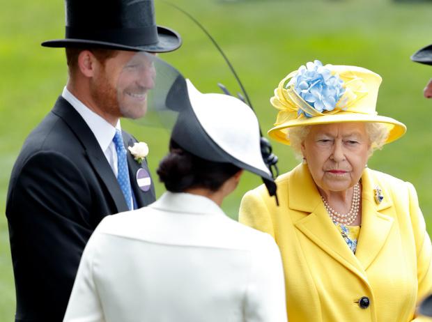 Фото №1 - «Развод» оформлен: Елизавета II официально лишила Гарри и Меган королевских титулов