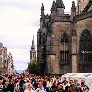 В августе в Эдинбурге начинается Фестиваль искусств, и население города удваивается из-за наплыва туристов.
