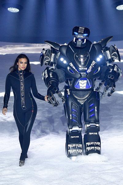 Фото №4 - Ирина Шейк прошлась по подиуму с настоящим роботом