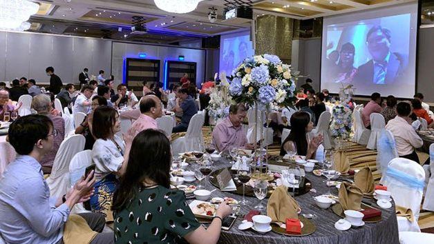 Фото №2 - Молодожены присутствовали на своей свадьбе виртуально, чтобы не заразить гостей коронавирусом
