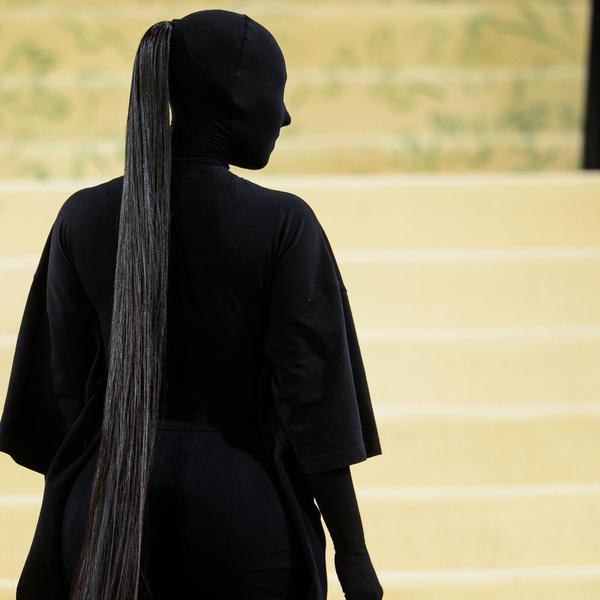Фото №1 - Узнай, какой макияж Ким Кардашьян скрывала под маской на Met Gala 2021 👀