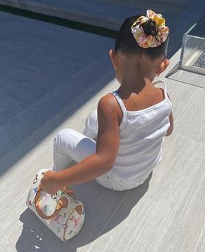 Фото №3 - Кайли Дженнер подарила 2х-летней дочке сумку за 100 000 рублей