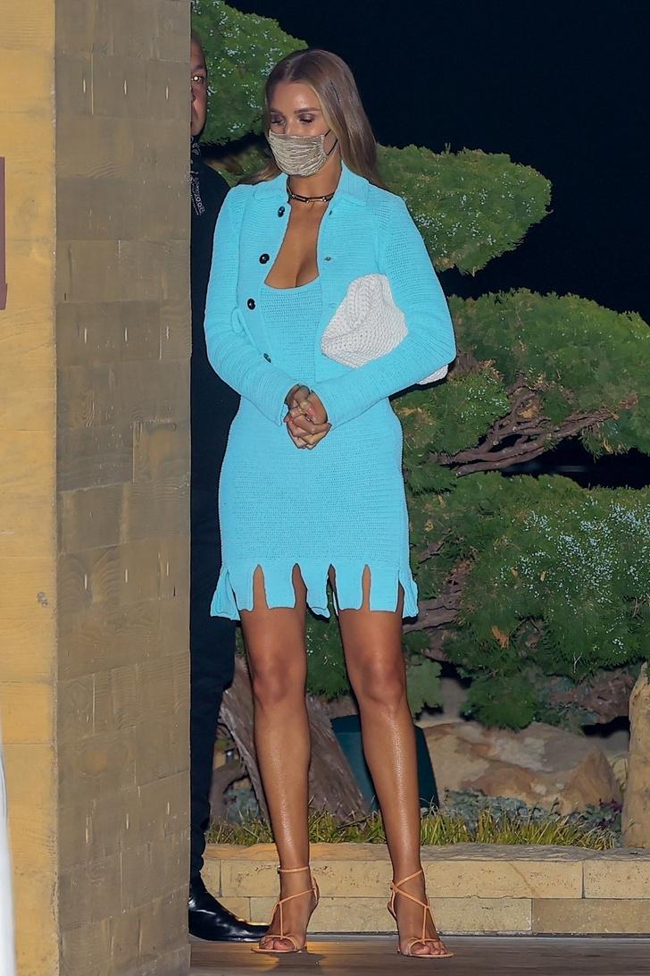 Фото №2 - В пронзительном бирюзовом мини-платье Роузи Хантингтон-Уайтли ходит на свидания с Джейсоном Стэйтемом