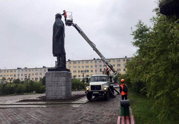 Фото №1 - В Магадане на памятник Ленину установили шипы для отпугивания птиц и он стал похож на панка (фото)