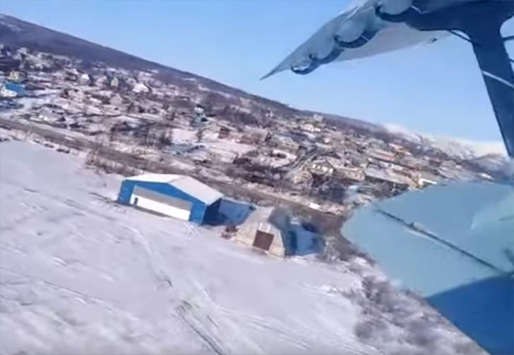 Фото №1 - «На чертолёте летим». Что видят пассажиры самолета, который начинает падать (видео)