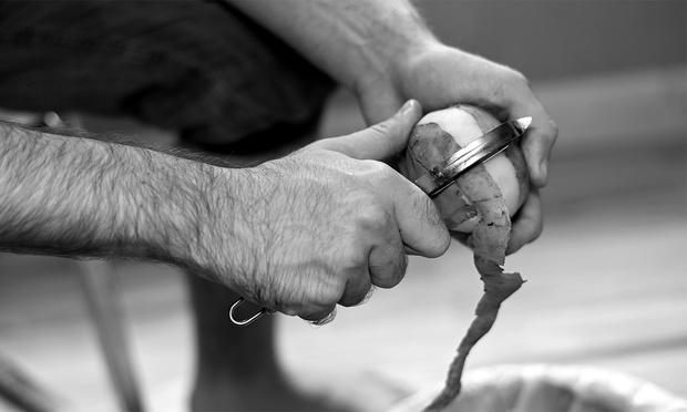 Фото №1 - 10 мужских кухонных лайфхаков с овощечисткой