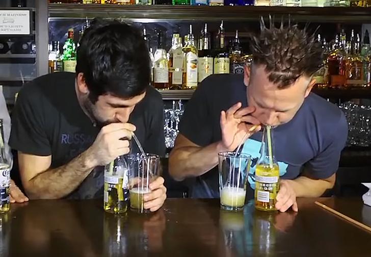 Фото №3 - Фокус: как перелить пиво из бутылки в стакан через соломинку