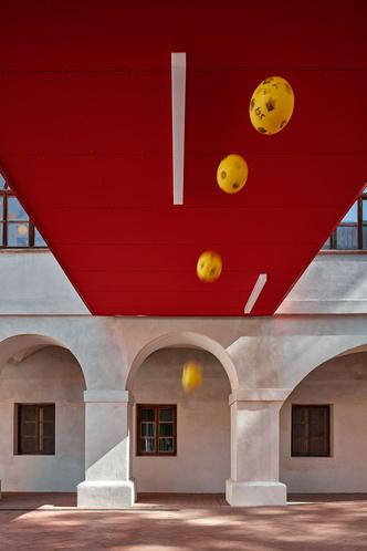 Фото №4 - Яркая школа в здании бывшей церкви в Чехии