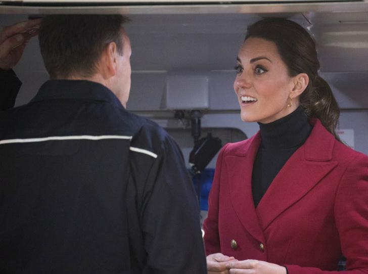 Фото №1 - Почему герцогиня Кейт носит обувь разных размеров