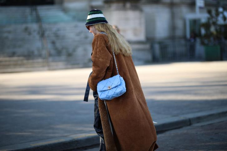 Фото №1 - 15 звездных примеров, как стильно носить шапку этой зимой