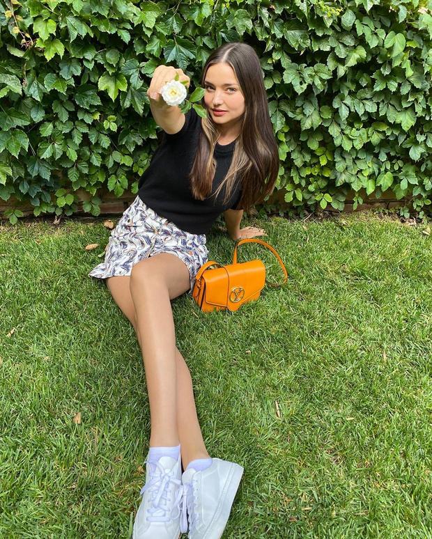 Фото №1 - Мини-юбка + кроссовки: модель Миранда Керр выбирает образ в стиле старшей школы