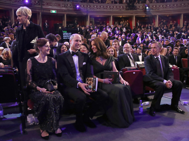 Фото №5 - Глубоко разочарованы: как в соцсетях отреагировали на наряд Кейт Миддлтон на BAFTA