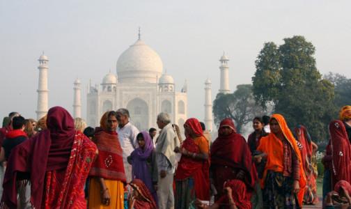 Фото №1 - Чтобы не заразиться коронавирусом, индийцы обмазываются коровьим навозом и обливаются молоком