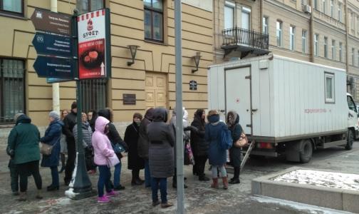 Фото №1 - Почти сотне петербуржцев проверили здоровье лёгких у метро
