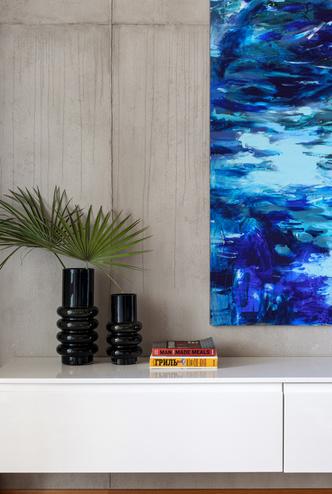 Фото №6 - Бетон, дерево и искусство в квартире на море
