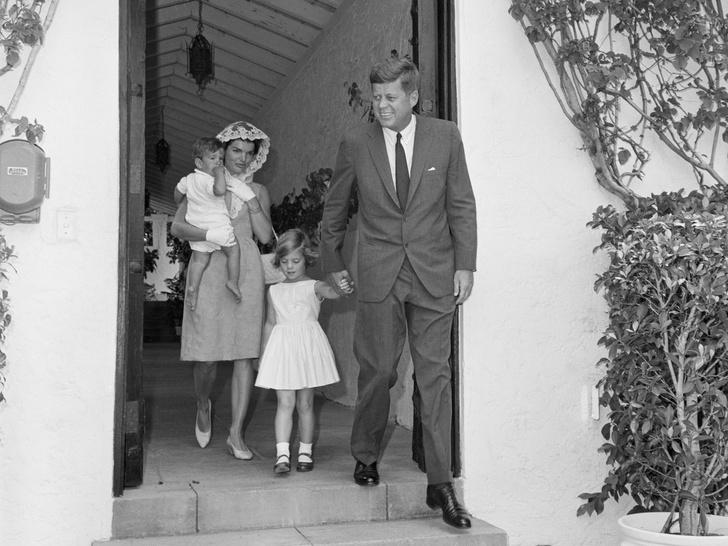 Фото №2 - Счастье на четверых: самые трогательные фото четы Кеннеди с детьми