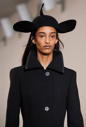 Фото №26 - Пушистые шляпы, ушанки и бейсболки без козырька: самые модные головные уборы сезона