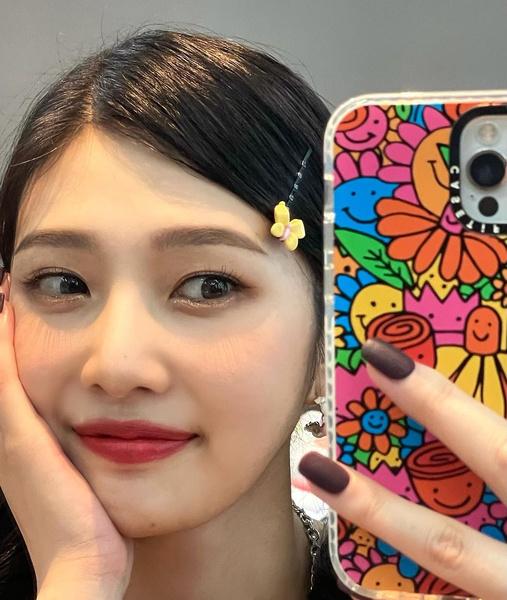 Фото №2 - Как модно носить красную помаду осенью: 3 красивые идеи от Джой из Red Velvet