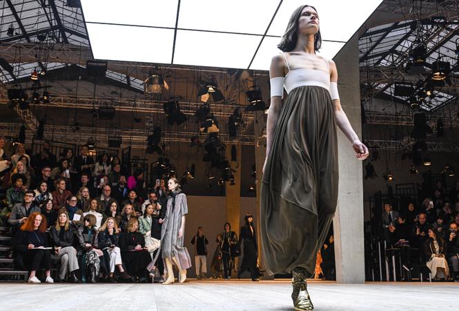 Фото №1 - Fashion director notes: строгие силуэты на показе Céline FW 2017/18