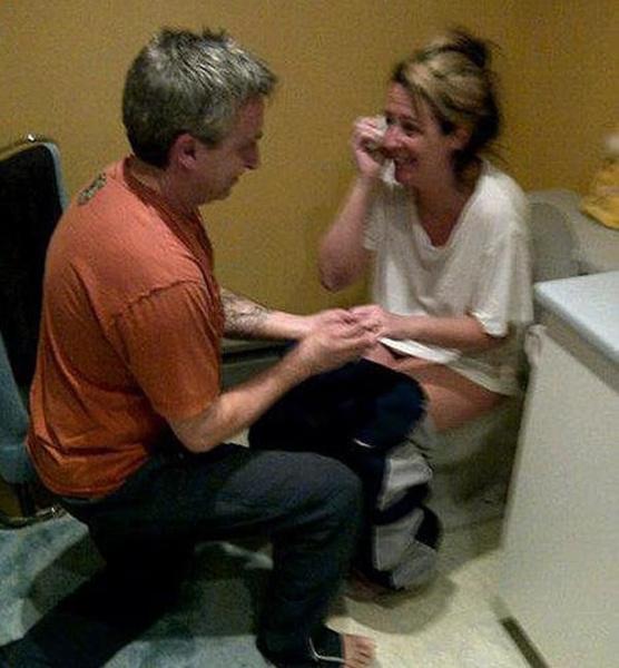 предложение руки и сердца в туалете