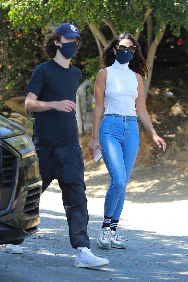 Фото №1 - Самая страстная пара лета 2020: Тимоти Шаламе и Эйза Гонсалес на прогулке в Лос-Анджелесе