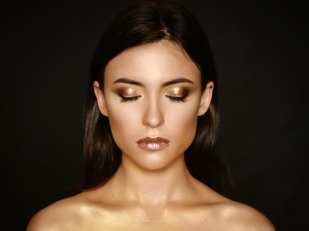Фото №2 - «Стеклянные» smoky eyes: как повторить самый модный макияж этой зимы
